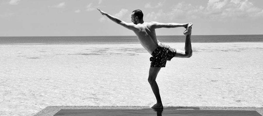 posture tienne yoga noir et blanc